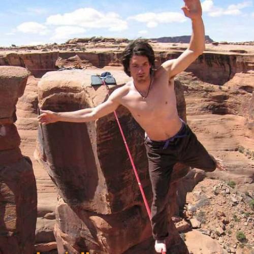 Dean Potter |  امريكي مهبول يمشي على حبل من ارتفاعات مجنونة ( صور – فيديو )