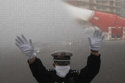 الصين تنشر مدافع مائية بالشوارع لتخفيف التلوث الصين تنشر مدافع مائية بالشوارع لتخفيف التلوث chinaaa