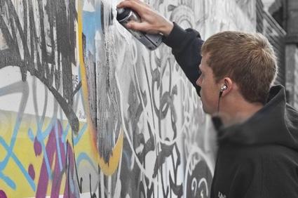 فنان جرافيكس يطقطق على البلدية عشان يصبغون الجدار فنان جرافيكس يطقطق على البلدية عشان يصبغون الجدار graphicss